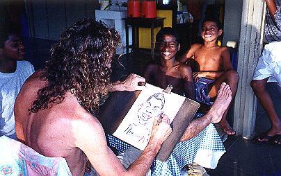 Renato, fazendo caricaturas de nossas crianças em Paraty