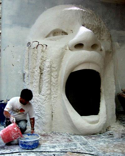 A gigante boca que está sendo construída pelo artista plástico George Vargas.